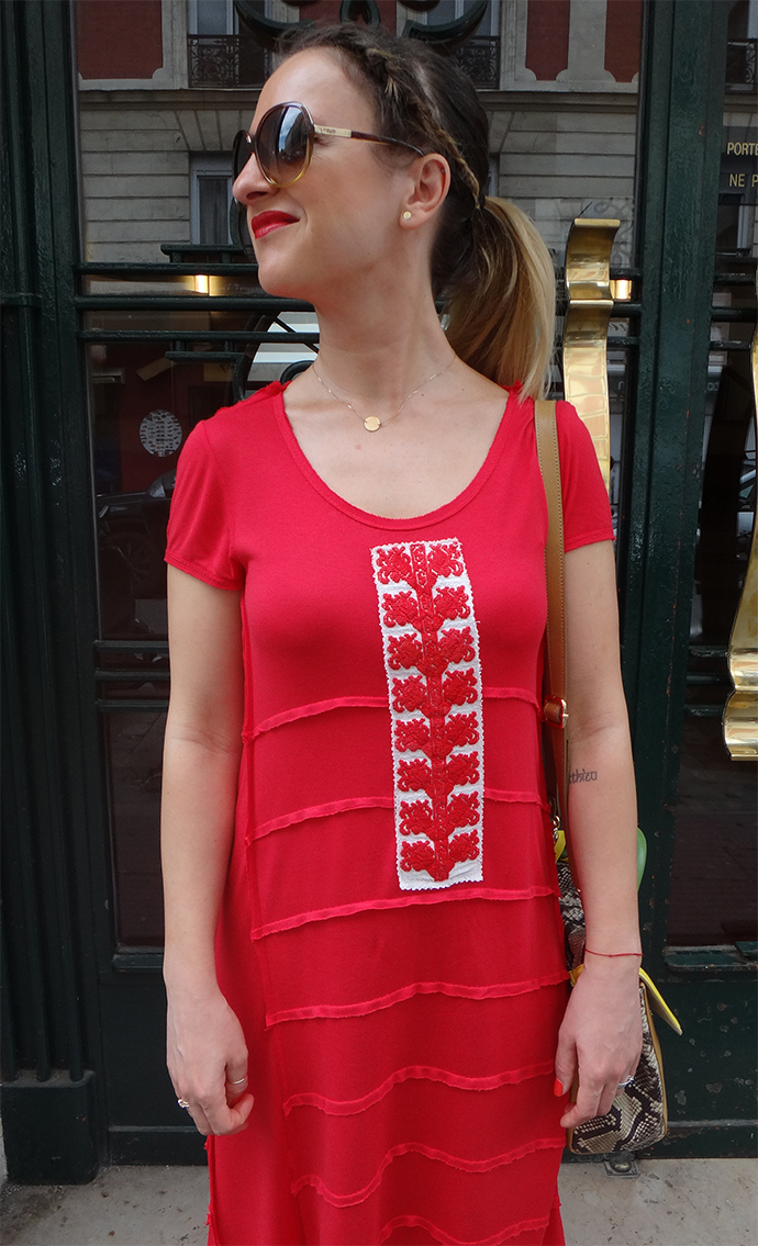 Vue frontale de la blouse traditionnelle roumaine