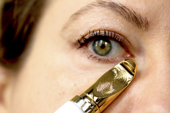 Applicator with Embossed Fingerprint of Guerlain Abeille Royale Gold Eyetech Eye Sculpt Serum
