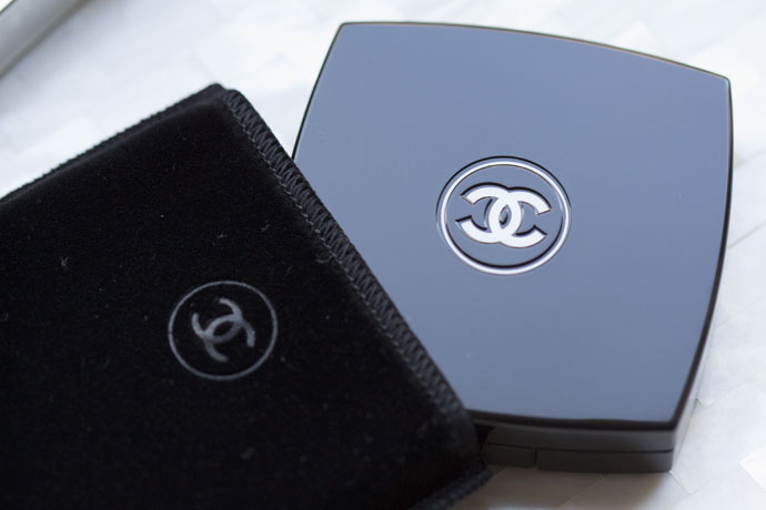 Sleek black case with with protective velvet pouch of Chanel Les 4 Ombres Eyeshadow Palette in 262 Tissé Beverly Hills