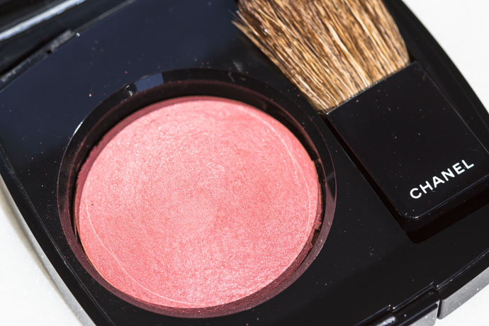 Chanel | Joues Contraste Powder Blush 320 Rouge Profond (detail)