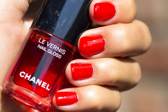 Chanel | Le Vernis Nail Gloss 530 Rouge Radical (swatch)